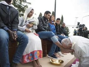 Pope Francis washes and kisses feet of Muslim refugees