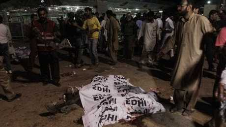 People try to identify the bodies of their relatives at the scene of a suicide bomb attack in Lahore, Pakistan, 27 March 2016. At least 52 people inlcuding women and children were killed while dozens injured in a suicide bomb attack that targeted a recreational park in Lahore.