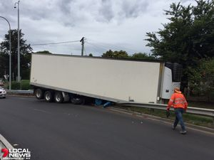 Trailer slips from truck at top of Toowoomba Range