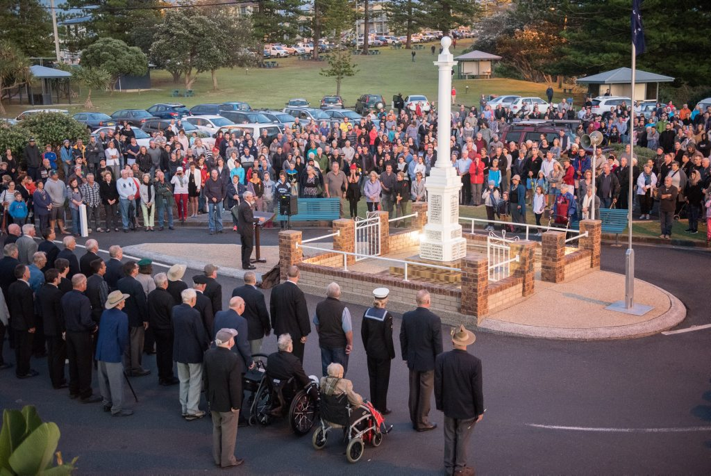 The crowd at the Yamba Anzac Day dawn service.