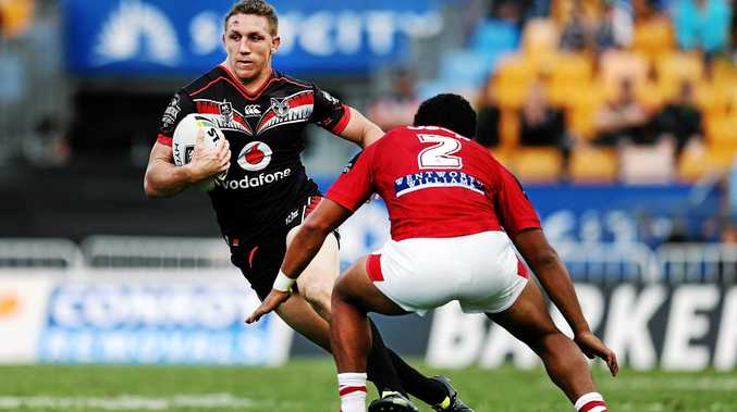 Ryan Hoffman of the Warriors makes a run against Kalifa Faifai Loa of the Dragons  at Mt Smart Stadium. Photo: Anthony Au-Yeung/Getty Images.