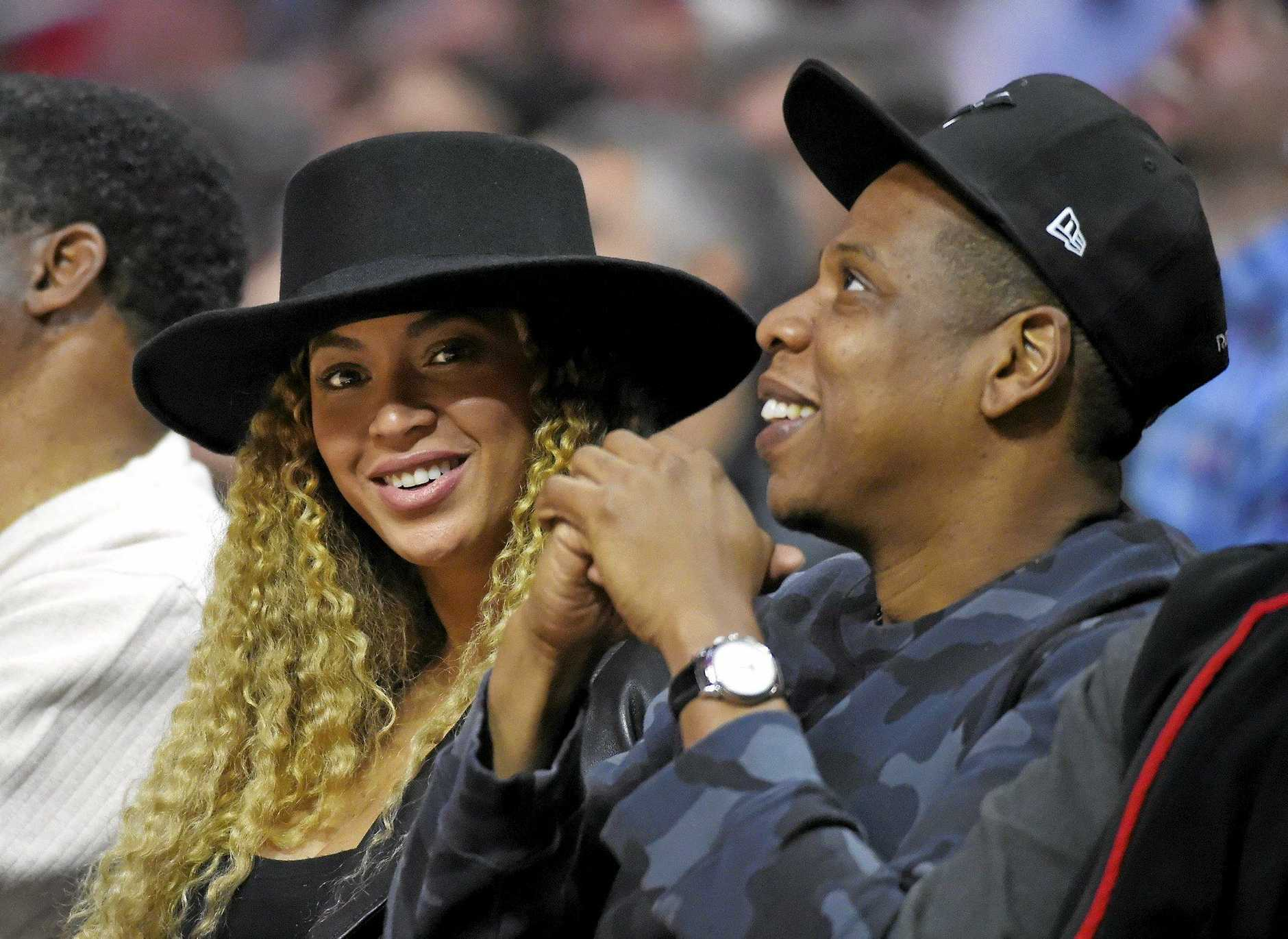 Singers Beyonce and Jay Z at an NBA game.