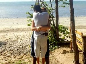 Couple's embrace stumps the internet
