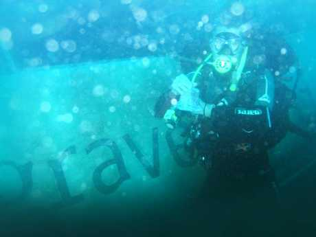 Divers in the Spirit of 1770 wreck.