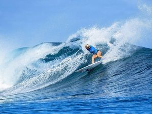 One-armed surfer wows on world tour