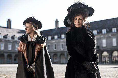 Kate Bekinsdale and Chloe Sevigny star in the movie Love & Friendship.