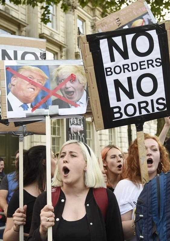 Protestors gather outside N10 Downing Street on the day British Prime Minister David Cameron announcing his resignation after losing the vote in the EU Referendum outside N10 Downing Street in London, Britain, 24 June 2016. Approximately 52 percent voted for Leave in the so-called Brexit referendum.