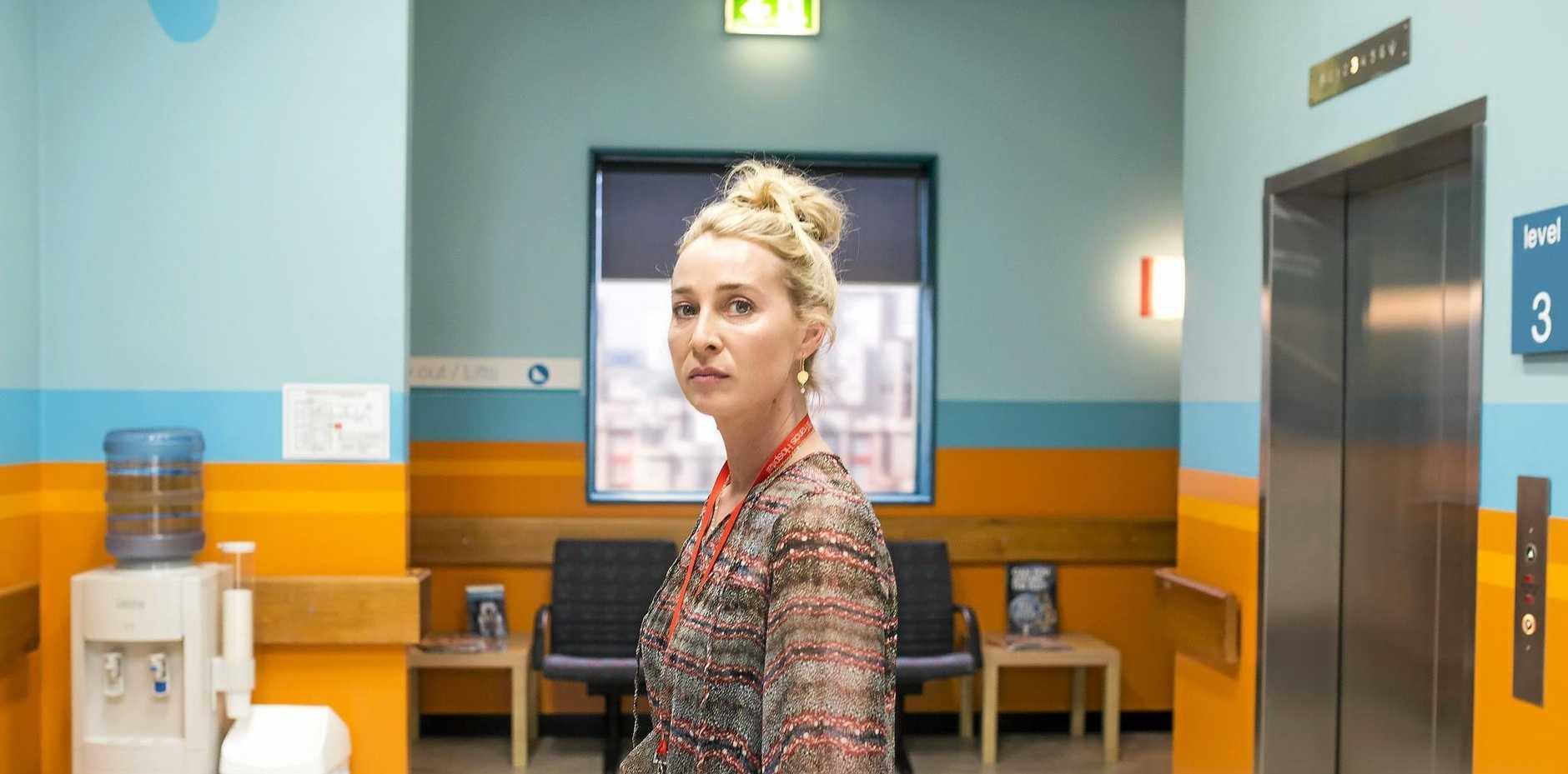 Asher Keddie as Nina Proudman in season six of Offspring.