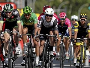 Cavendish outsprints Tour rivals again