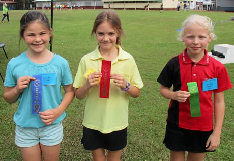 200 METRE GIRLS CHAMPIONS: Temple Barry, Kaydee Gibson, Grace Wills.