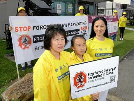 Protests on Brisbane Street in West Ipswich to stop live organ harvesting.  Annie Zhao, Julia Yu, and Ying Zhou.