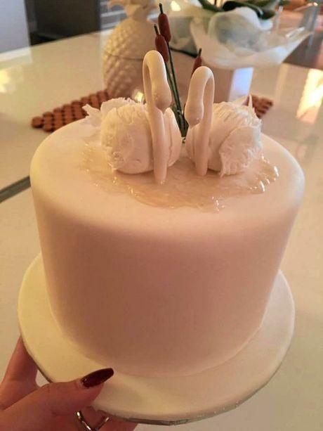Meghan Harris' swan cake creation.
