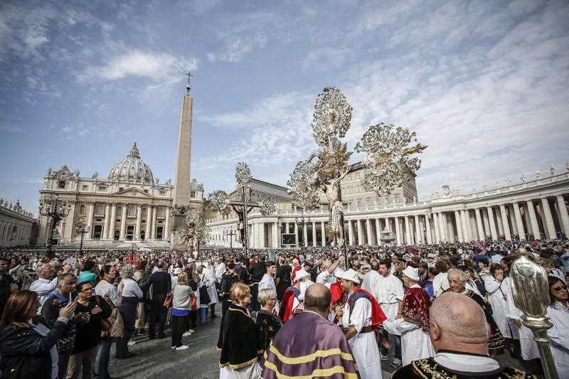 Faithful gather at the St.Peter's Place during Pope Francis's Angelus Prayer, in Vatican City, 23 October 2016