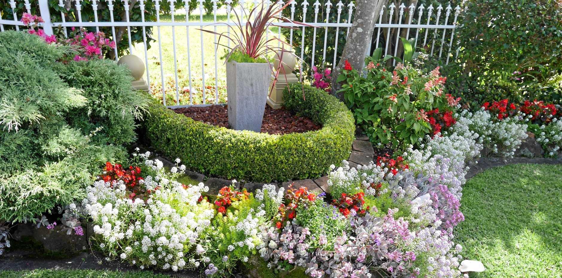 CHAMPION RESIDENTIAL : Alva Bell - Champion Residential Gardens Under 1000m2 .