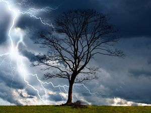 Weekend weather: Heavy rain, strong winds across QLD