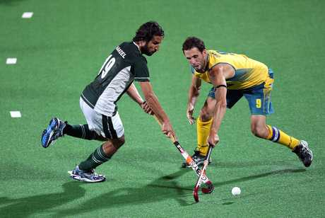 Pakistan's Shakeel Abbasi (left) clashes with Mark Knowles during their teams' group match at the World Championship in New Delhi in 2010