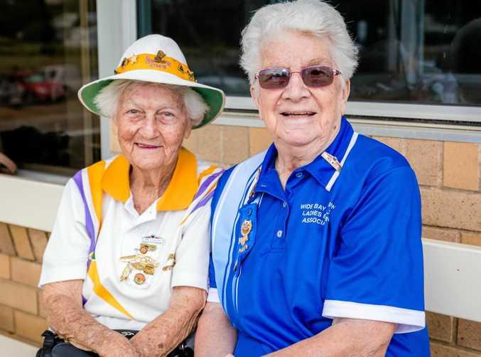 ON THE GREEN: June O'Sullivan from Sunshine and Iris Witt of Maryborough catch up.