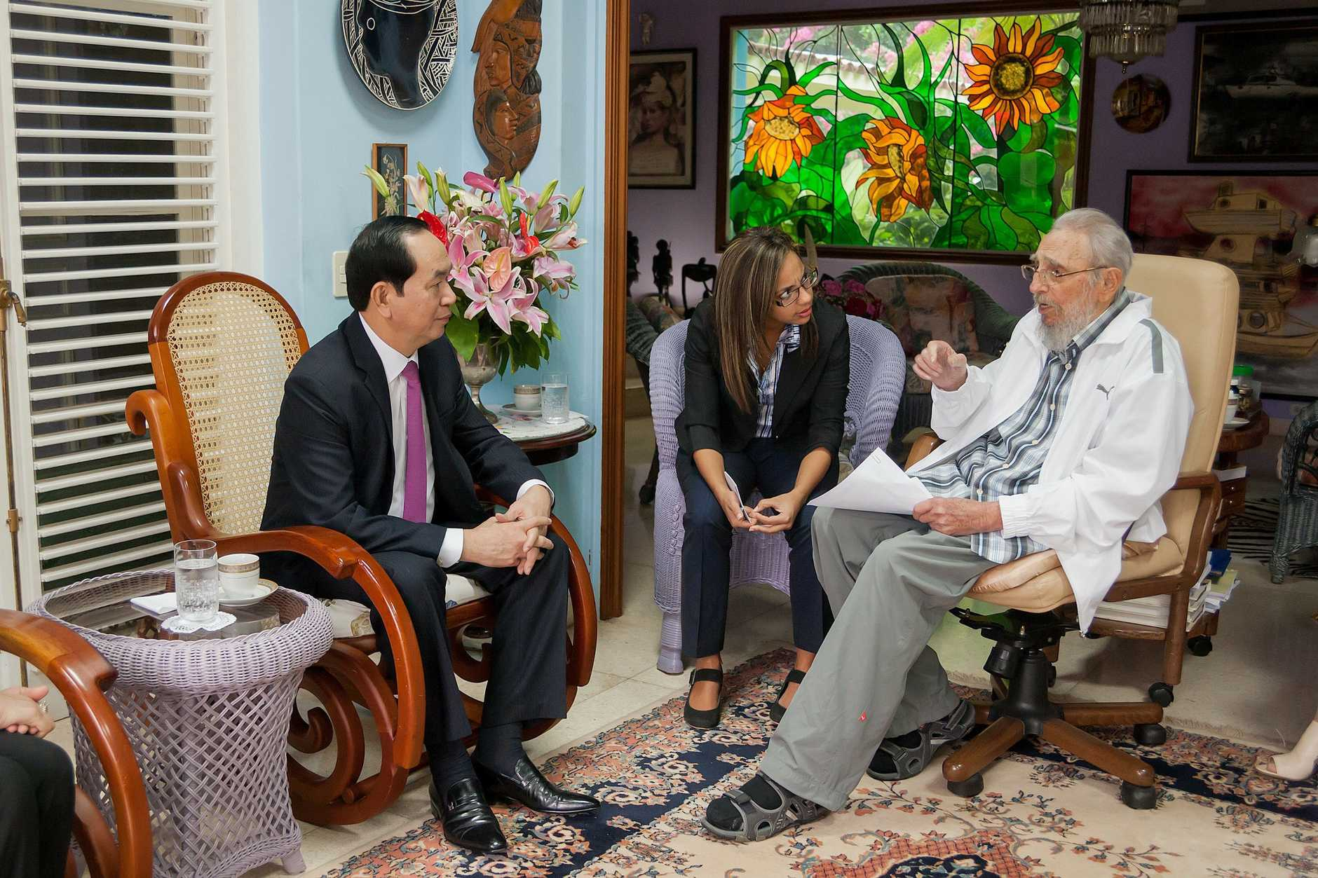A handout photograph provided by Cubadebate on 16 November 2016 shows former Cuban President Fidel Castro (R) meeting with the President of Vietnam Tran Dai Quang (L) in Havana, Cuba, 15 November 2016. Cuba and Vietnam established diplomatic relations in 1960, a year after the triumph of a revolution led by Castro, and have since enjoyed friendly political and economic ties, including cooperation