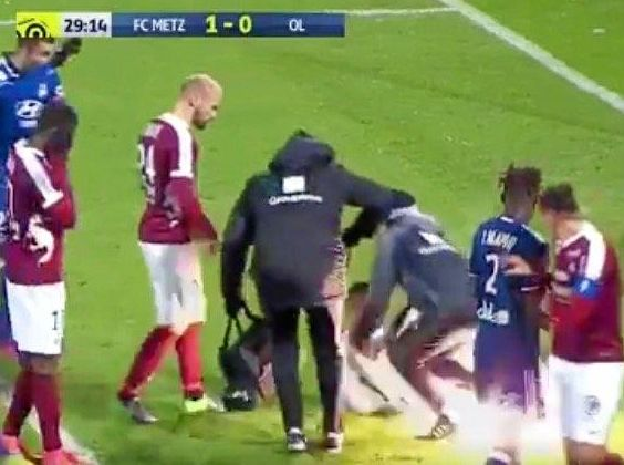 Vision from BeIN Sports of the firecracker incident involving Metz goalkeeper Anthony Lopes.