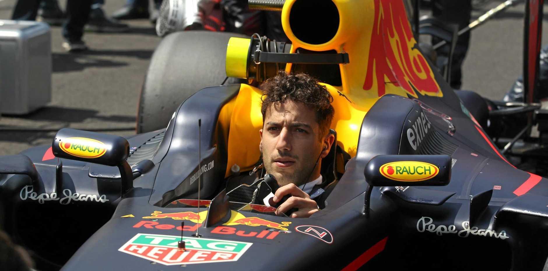 epa05610689 Australian driver Daniel Ricciardo of Red Bull Racing gets ready to compete during the Grand Prix of Formula One of Mexico at Autodromo Hermanos Rodriguez in Mexico City, Mexico, 30 October 2016.  EPA/ULISES RUIZ BASURTO