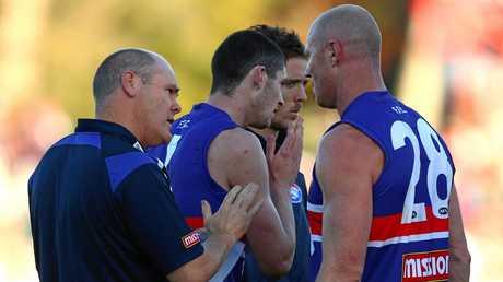 Barry Hall talks with Rodney Eade during their Bulldogs days.