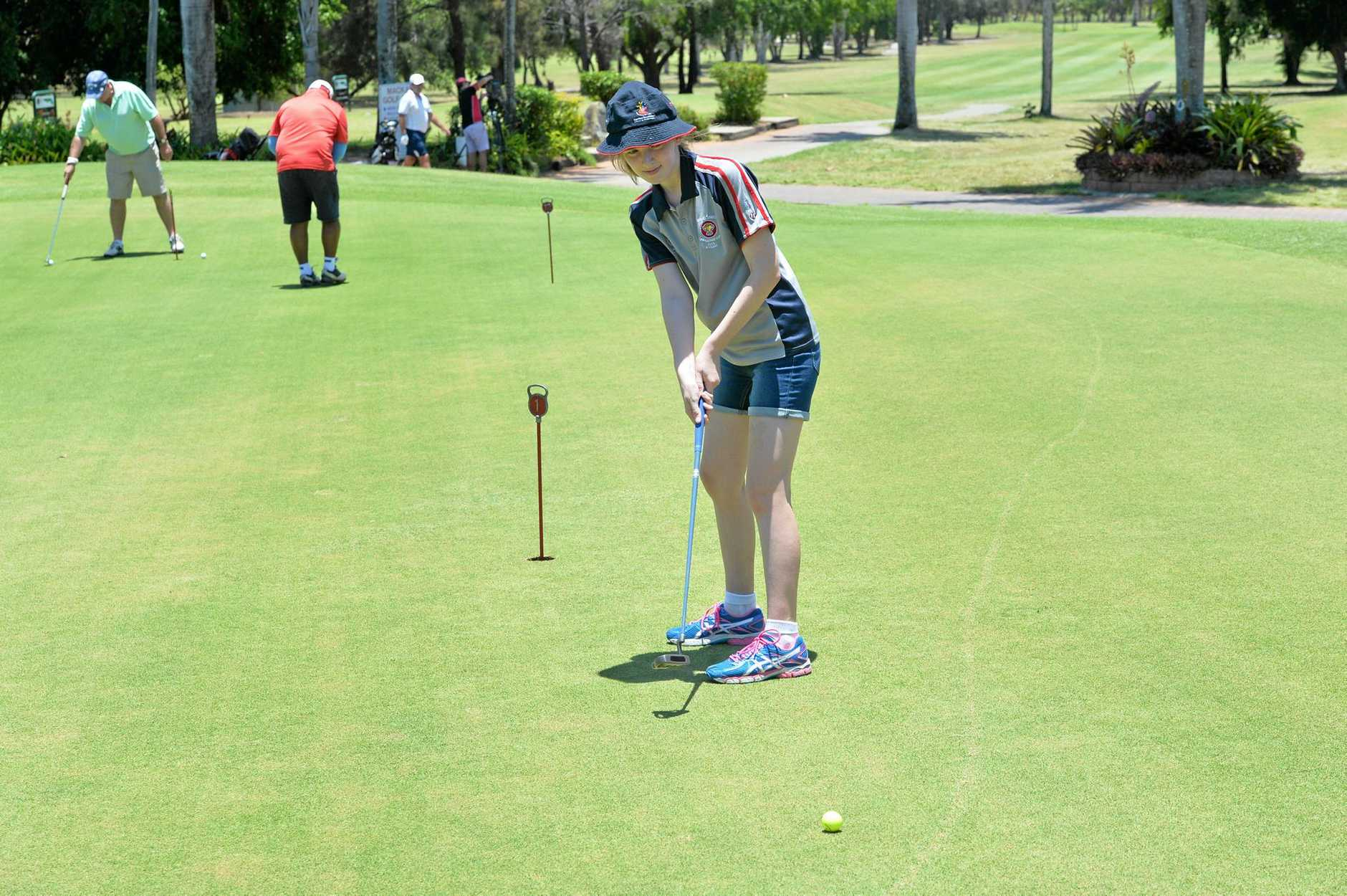 Isabella Dowden putts close to the flag.