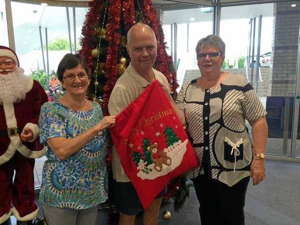 Noel Seaton of Woodenbong helped draw the raffle with the aid of Auxiliary volunteers Priscilla Beardow and Pauline Strong.