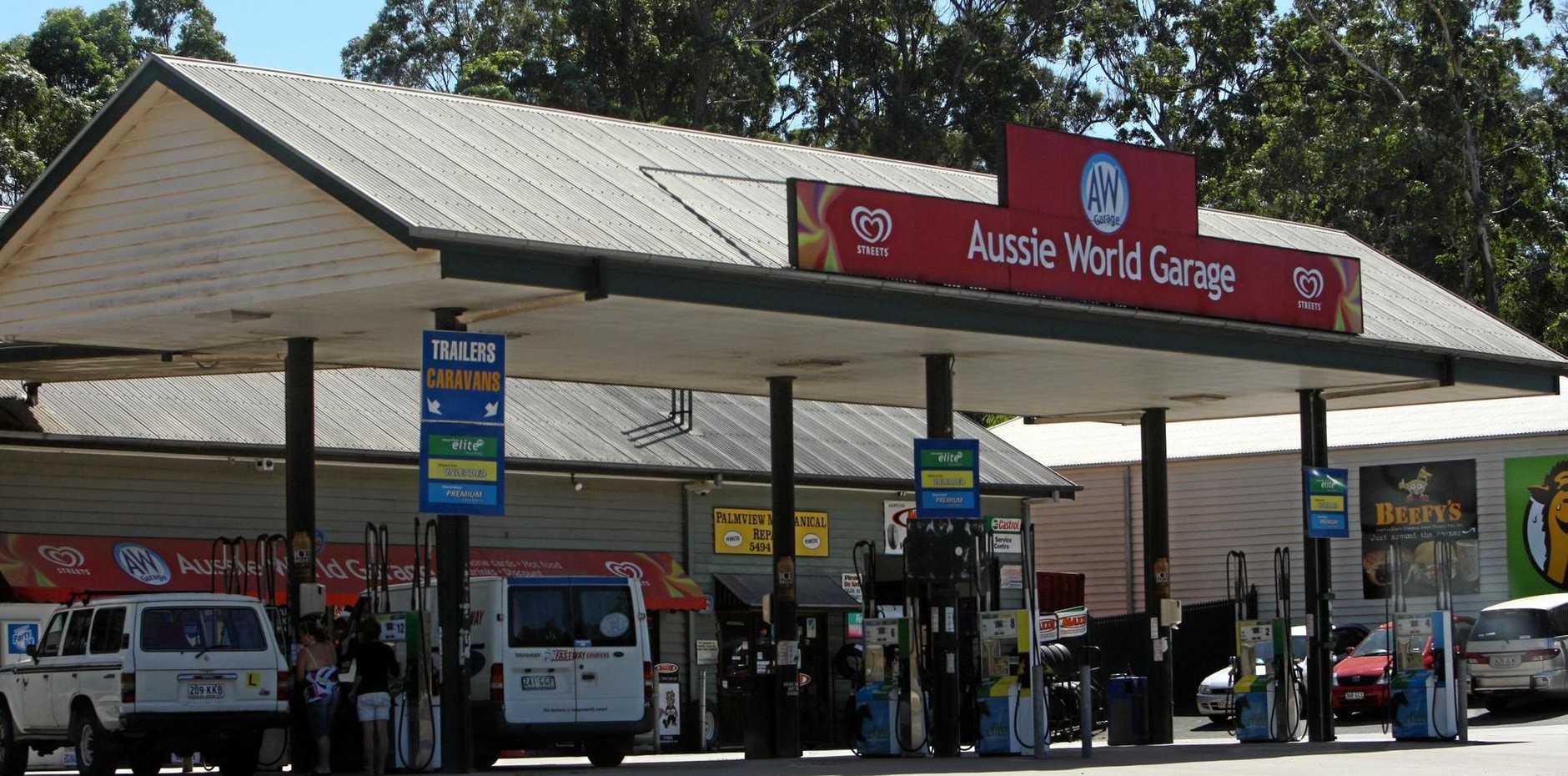 17/04/08 174131Aussie World garage. Petrol station. Fuel prices - petrol.Photo by Michaela O'Neill