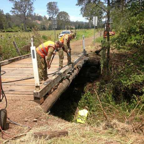 Council staff and soldiers working together on Kyogle bridges.