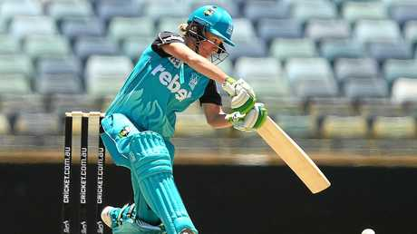 PERTH, AUSTRALIA - DECEMBER 18:  Beth Mooney of the Heat bats during the WBBL match between the Scorchers and Heat at WACA on December 18, 2016 in Perth, Australia.  (Photo by Paul Kane/Getty Images)