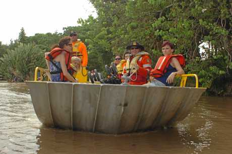 A SES boat bring Granville residents to Maryborough. Photo: Karleila Thomsen / Fraser Coast Chronicle