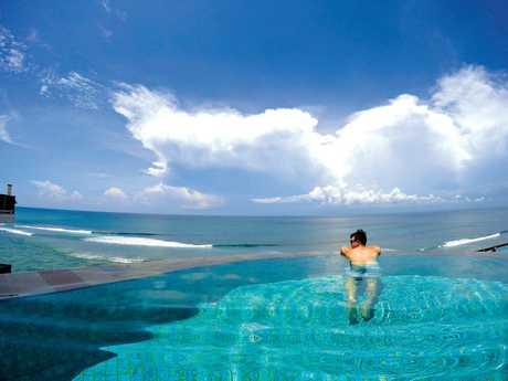 An infinity pool beside the ocean at Anantara Uluwatu.