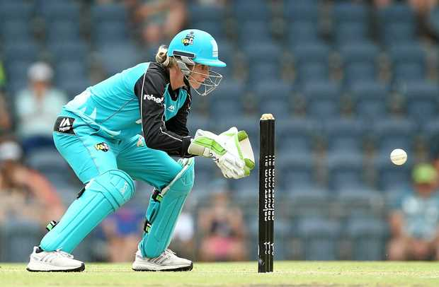 SYDNEY, AUSTRALIA - JANUARY 02:  Beth Mooney of the Heat keeps wicket during the WBBL match between Heat and Thunder at Blacktown International Sportspark on January 2, 2017 in Sydney, Australia.  (Photo by Mark Metcalfe/Getty Images)