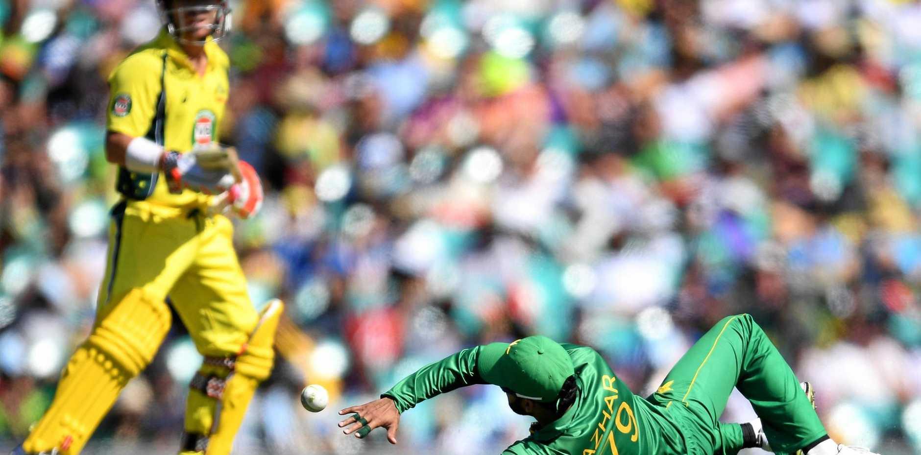 Azhar Ali (right) of Pakistan misfields a ball hit by Steve Smith of Australia