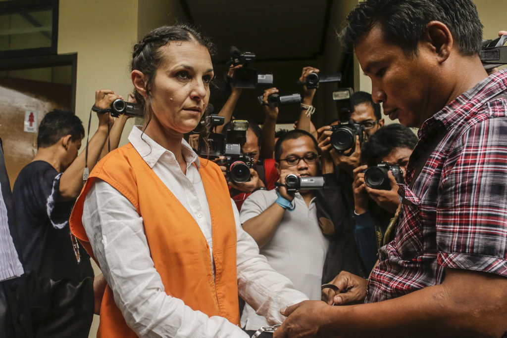 Australian Sara Connor being handcuff by attorney officer before facing her trial at Denpasar Court in Denpasar, Bali, Indonesia on Tuesday, Jan. 24, 2017. Her British boyfriend David Taylor will testify at Sara Connor trial regarding the murdering of a local police officer Wayan Sudarsa, whose bloodied body was discovered on Kuta Beach on August 17. (AAP Image/Johannes Christo)