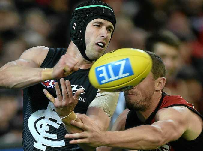 Marc Murphy of the Blues (left) and James Kelly of the Bombers contest during the round 6 AFL match between the Carlton Blues and the Essendon Bombers at the MCG in Melbourne, Sunday, May 1, 2016. (AAP Image/Julian Smith) NO ARCHIVING, EDITORIAL USE ONLY