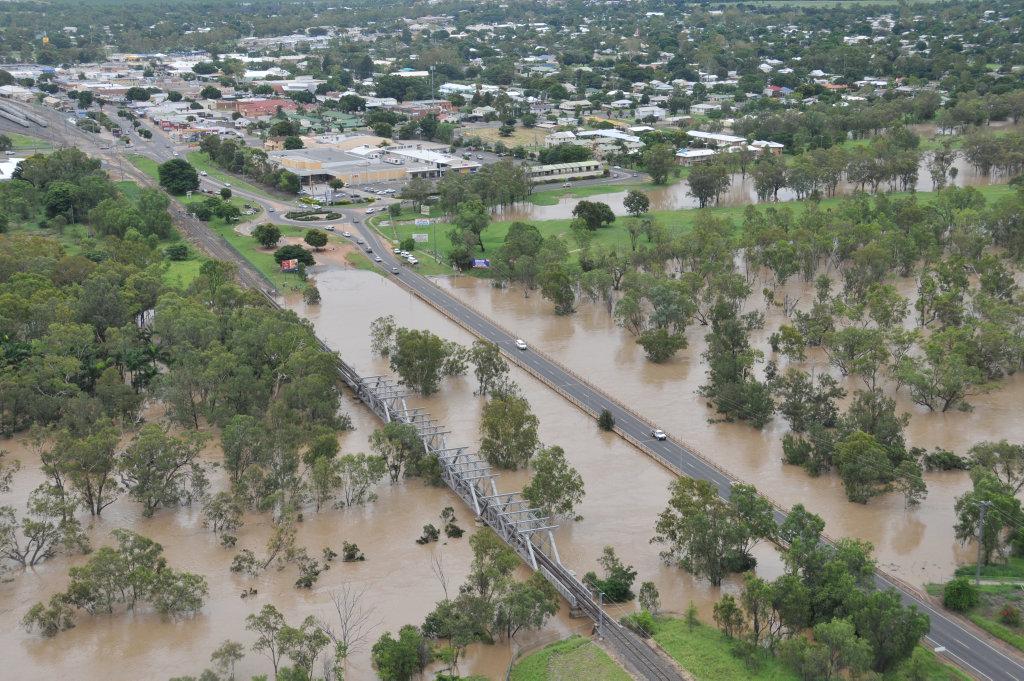 Bridge and Railway in Emerald during flooding. Photo: Daryl Wright / Daily Mercury 291210/782 30floodemerald