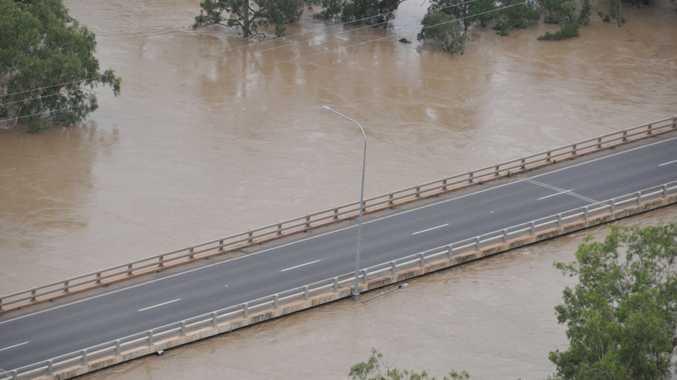 Vince Lester bridge, Emerald Photo Daryl Wright / Daily Mercury flood071