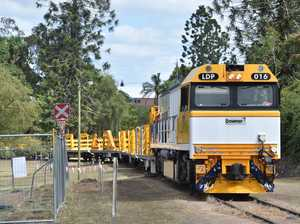 Downer's loco makes its way through Queens Park in Maryborough pulling wagons headed for their holding yards to be worked on.
