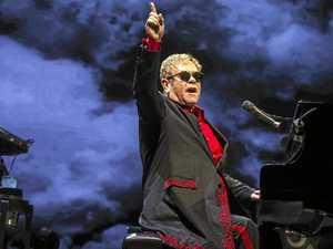 epa05642885 British singer-songwriter and composer, Sir Elton John performs in the Ziggo Dome, Amsterdam, The Netherlands, 22 November 2016.  EPA/PAUL BERGEN