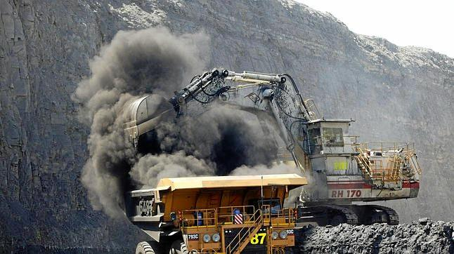 open cut coal mine. a mechanical shovel loads coal into a truck at the peak downs open cut coal mine. owned by bhp billiton mitsubishi alliance, near moranbah, queensland.  - generic. coal, open cut, mines, mining, coal truck, big truck, drag line, fuel, fossil fuel, exports, environment.   Monday 21 mar 05 afr    SPECIALX 34916 Photo by Robert Rough