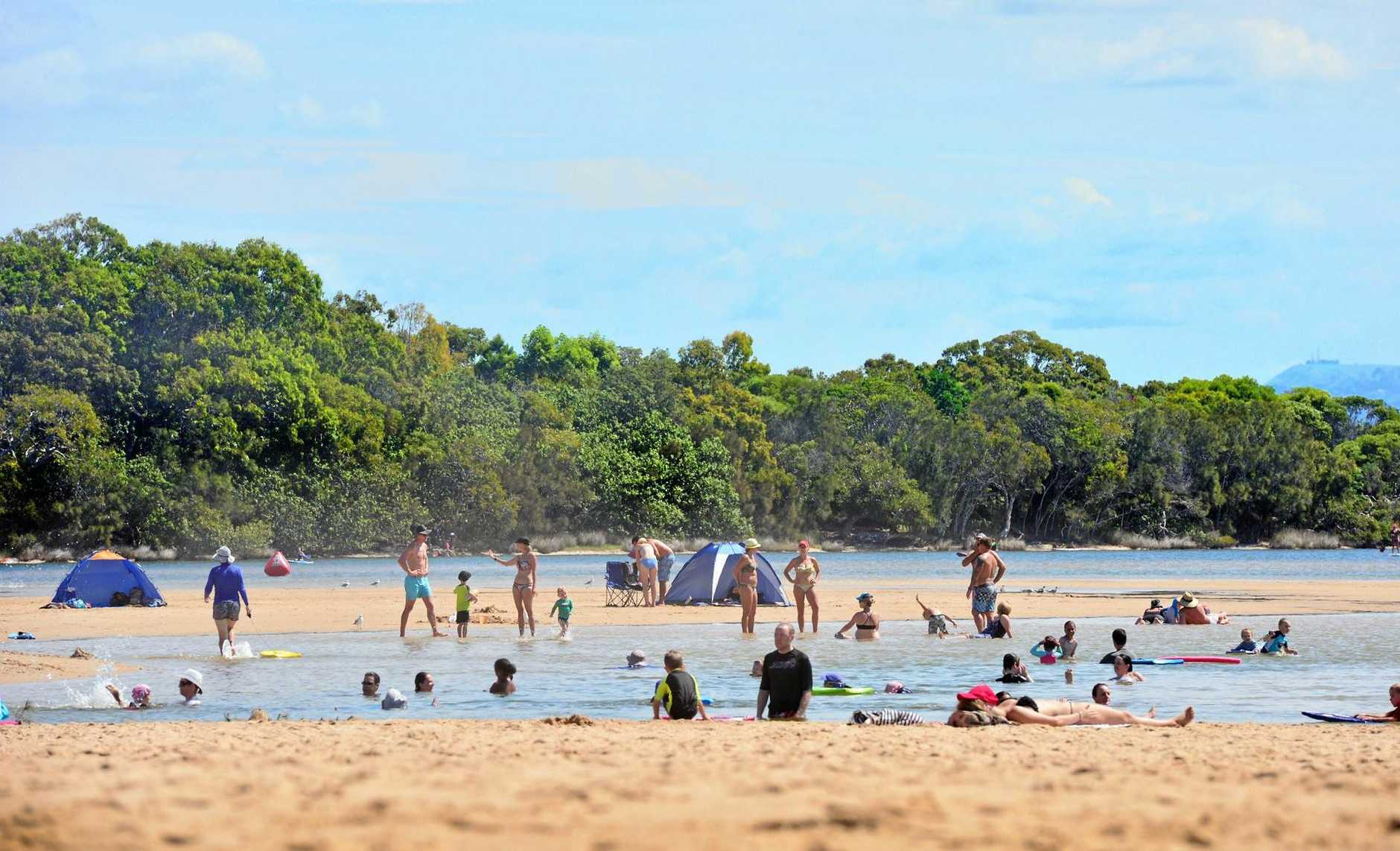 Holiday crowds enjoyng Currimundi Lake at Easter.  Photo: John McCutcheon / Sunshine Coast Daily