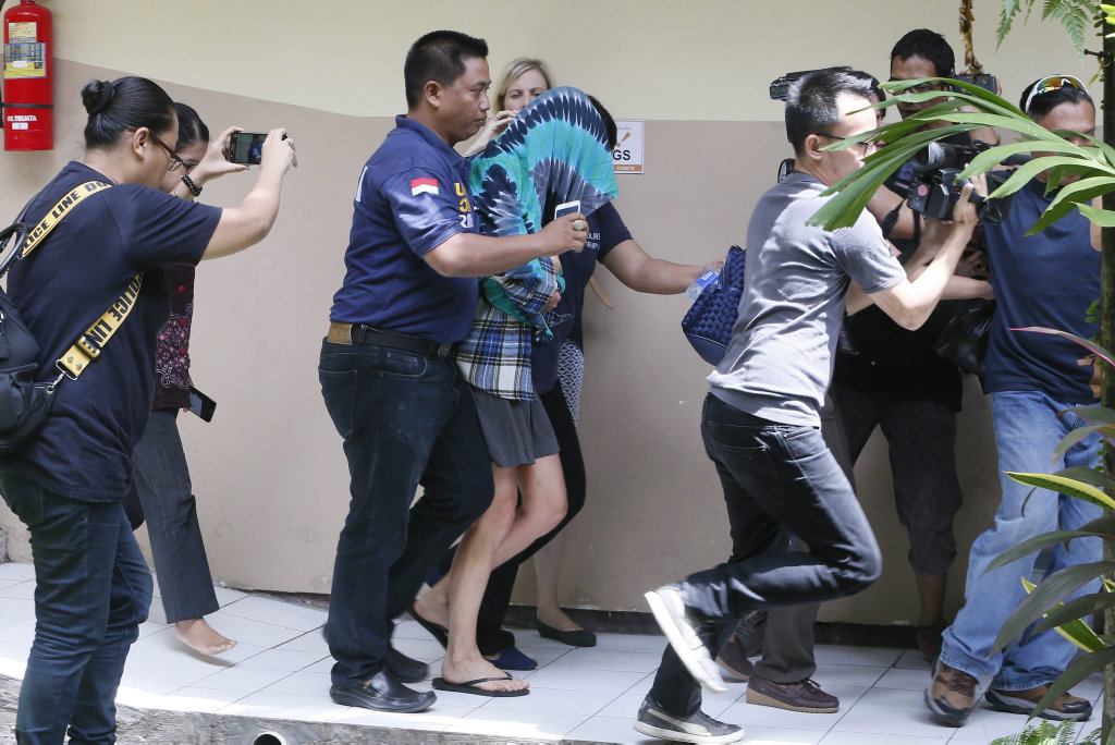 epa05501557 Australian Sara Connor (C, with hood) is escorted by police officers as she was arrested over the alleged murder of a police officer in Bali, Indonesia, 20 August 2016. Australian Sara Connor and British national David Taylor, were arrested by Bali police over the murder of a local policeman on Kuta Beach. The body of police officer Wayan Sudarsa was found with deep wounds to his head and neck on Kuta beach on 17 August 2016. EPA/MADE NAGI