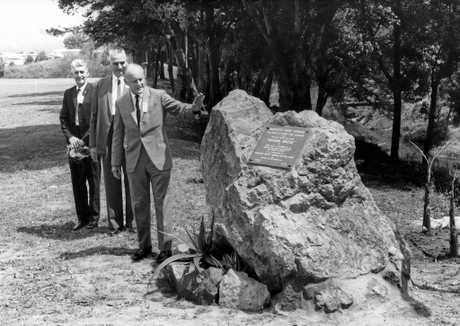 Plaque unveiled in Petrie Park on September 27, 1964, ue was installed to commemorate the official opening of the Warana Bridge which had taken place in Petrie Park on 28 September, 1963.