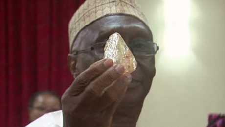 Sierra Leone's President Ernest Bai Koroma handles the diamond found by a local pastor.