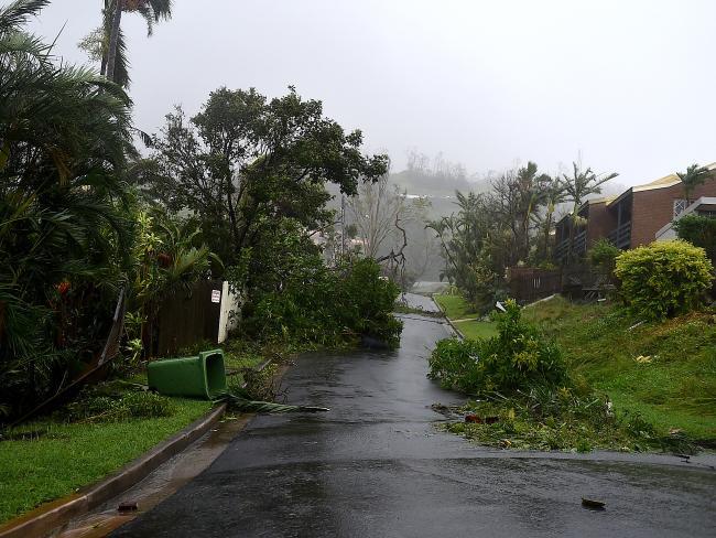 Cyclone Debbie hits Airlie Beach