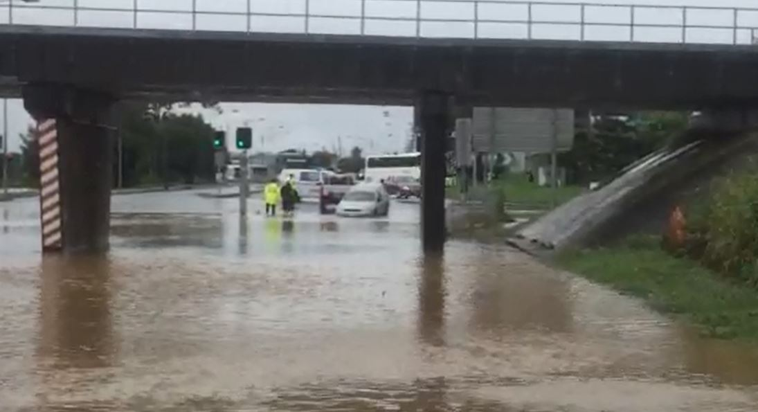 Flash flooding Gladstone bridge