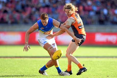 Peter Wright (left) of the Suns competes for the ball with Adam Kennedy of the Giants.