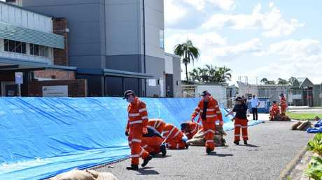 SES volunteers build a flood barricade at the Rockhampton Airport. Picture: Kerri-Anne Mesner