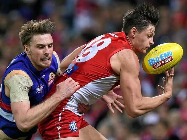 Callum Sinclair (right) of the Swans competes for the ball with Jordan Roughead of the Bulldogs.